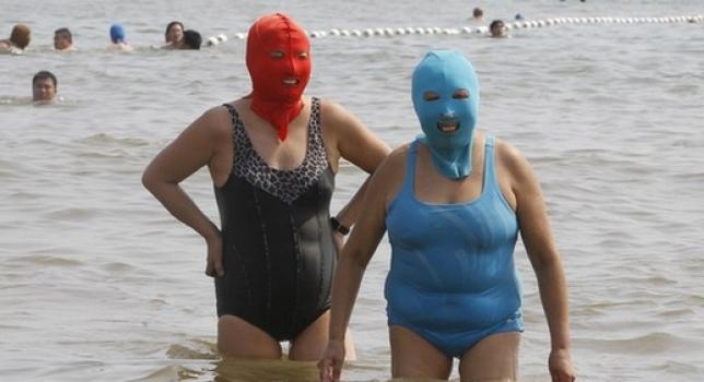China: Mujeres luciendo face-kini