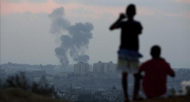 Gaza: Niños ven bombardeo a lo lejos