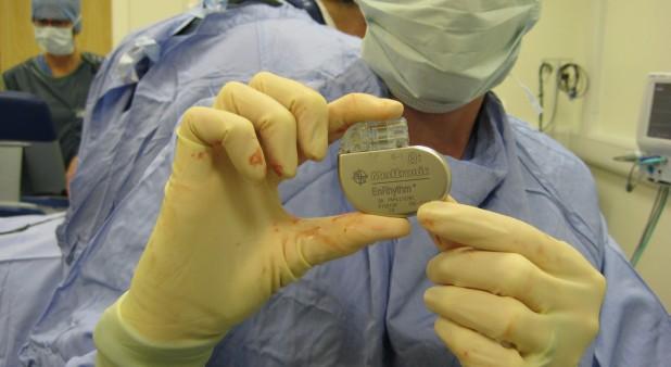 Médico en quirófano muestra chip