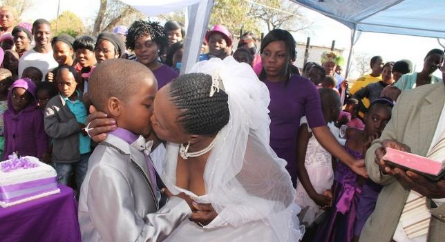 Matrimonio desigual mujer 61 niño de 8