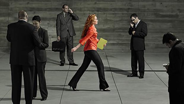 Mujer ejecutiva caminando
