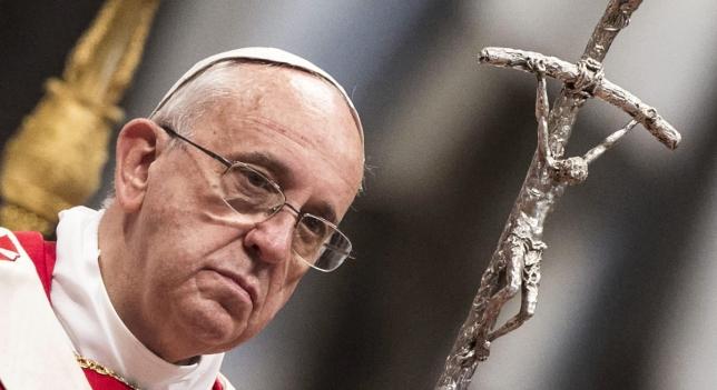 Papa Francisco con Dios en la mano