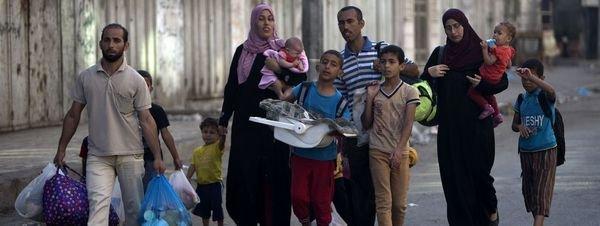 Familias palestinas huyen