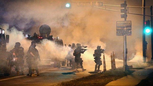 Guardia Nacional gaseando en Ferguson