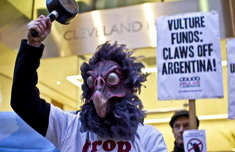 Hombre disfrazado de buitres protesta por Argentina