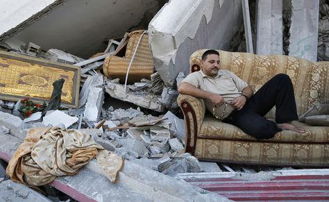 Hombre en Gaza rezando en las ruinas