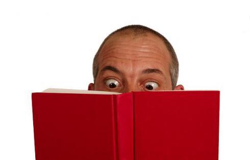 Hombre lee con mirada confusa