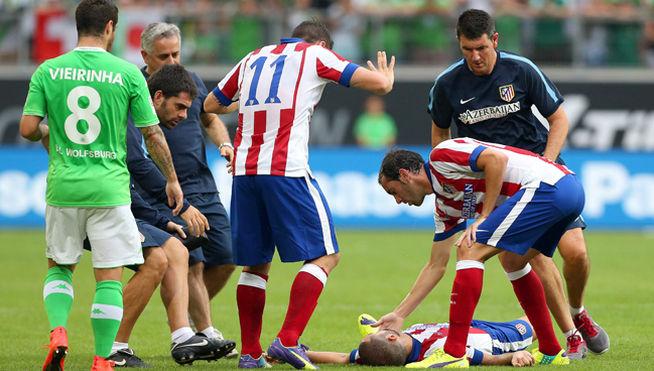 Futbolista Mario Suárez inconsciente en el campo