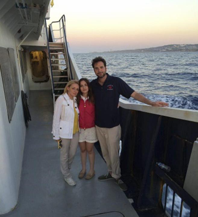 Familia Catrambone en barco de rescate