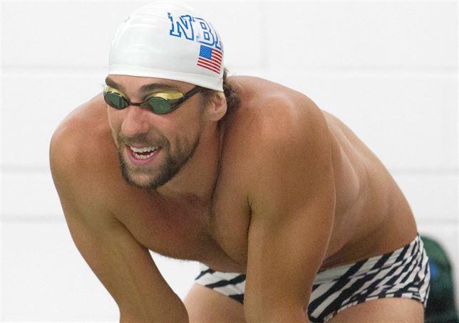Nadados Michael Phelps a punto de entrar en la piscina