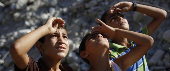 Niños palestinos observan el cielo