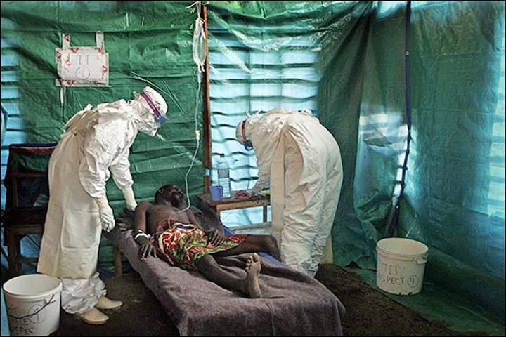 Paciente con ébola recibe atención en hospital improvisado