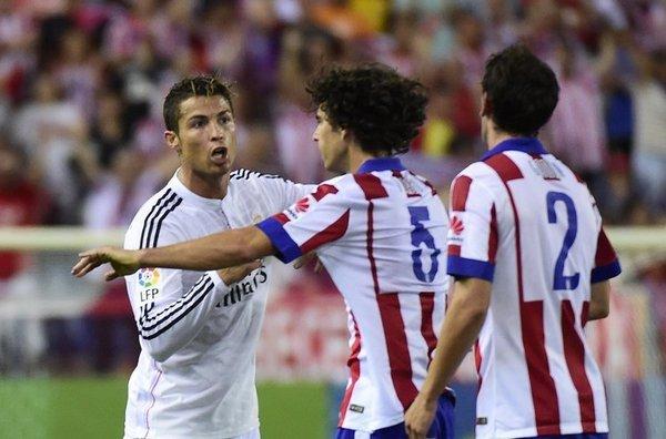 Cristiano Ronaldo y Diego Godín en el campo