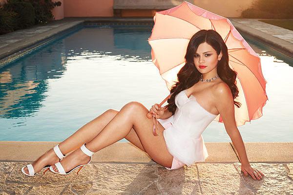 Selena Gómez en el borde de la piscina