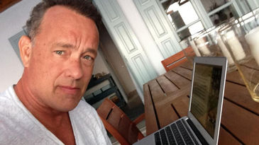 Tom Hanks con su laptop