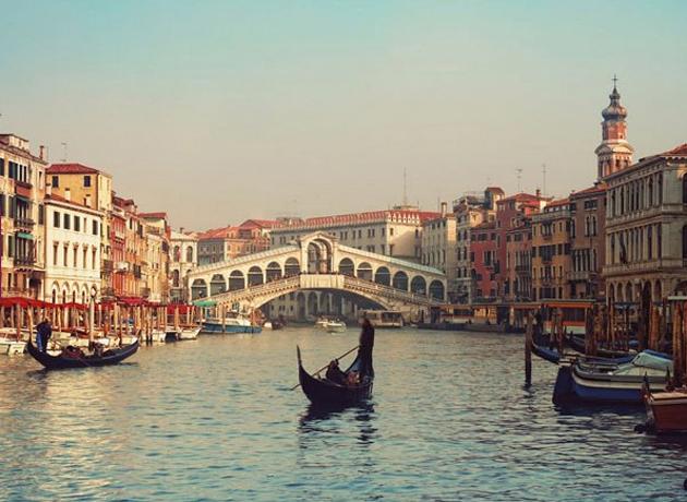 La romántica opción de un paseo en Góndola por los canales de Venecia