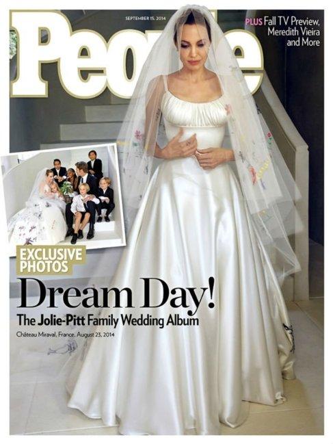 Portada con Angelina Jolie y familia en la boda