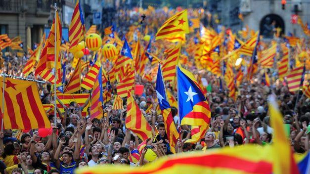Catalanes con banderas en Barcelona