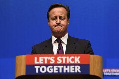 David Cameron con rostro compungido