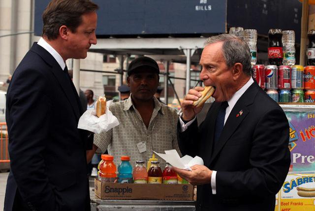 David Cameron come perros calientes en Nueva York