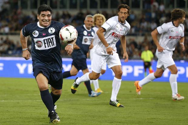Maradona en el campo torneo por la paz
