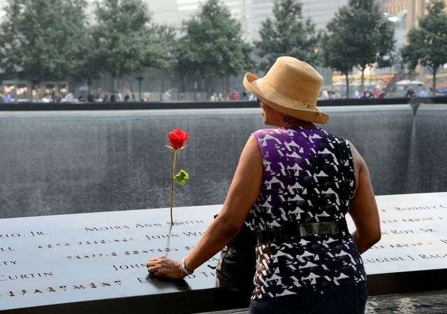 Mujer con flor, homenaje victimas 11S NY