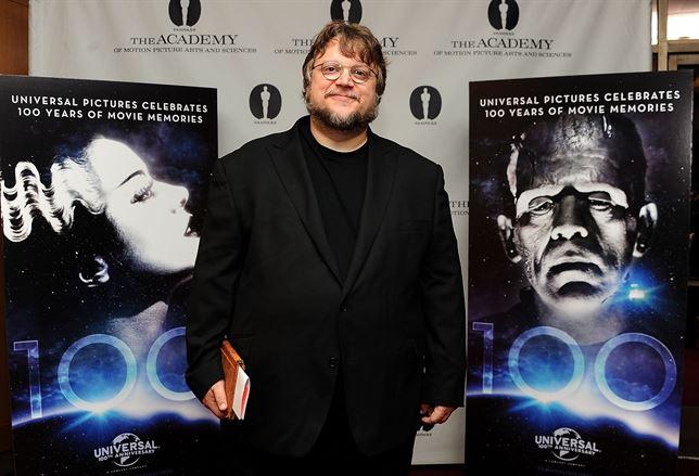Guillermo del Toro con carteles de nueva película