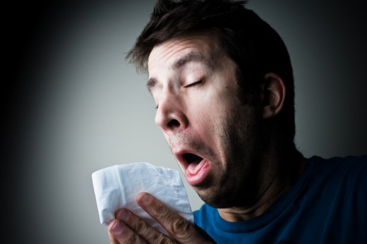 Hombre estornudando
