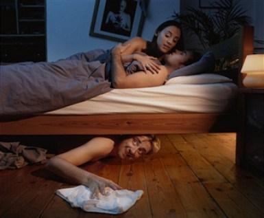 Pareja en la cama, tercero debajo