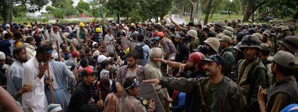 Marcha de opositores paquistaníes bloqueada por militares