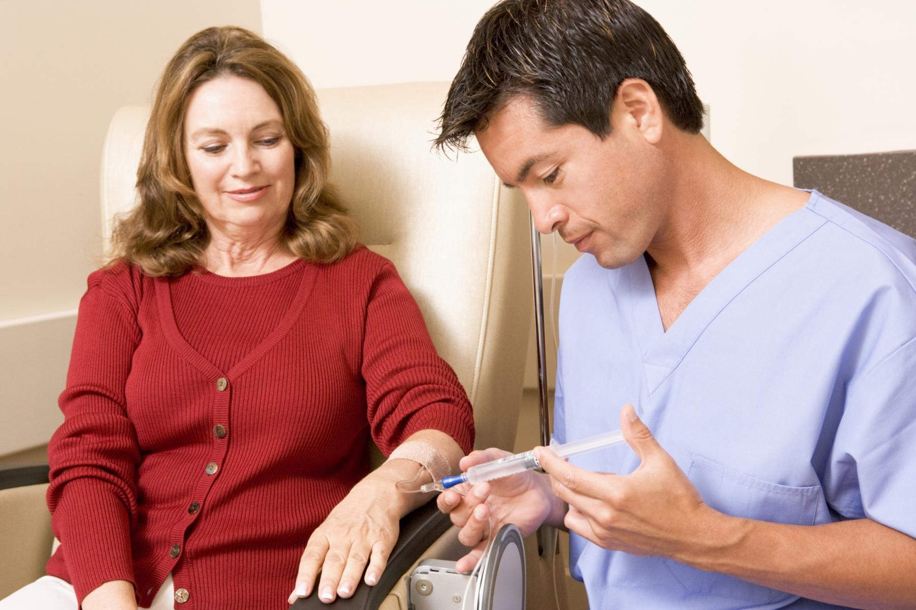 Medico inyecta paciente femenina