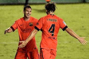 Rakiti y Leo messi celebran gol