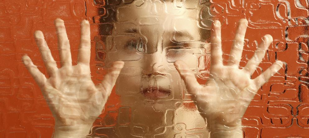 Niño detrás de un vitral (autismo)