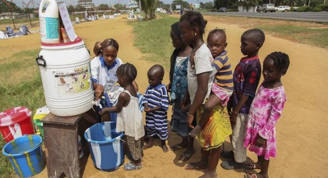 Niños africanos se lavan las manos