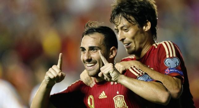 Alcácer y Silva celebran un gol de España