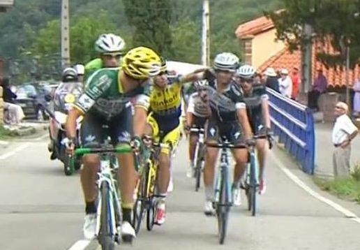 Ciclistas en la Vuelta a España peleando