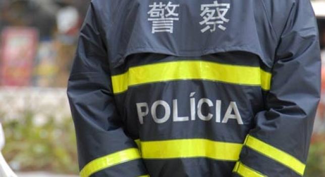 Policía Chino de espaldas