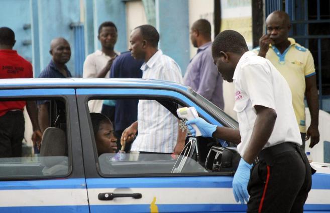 Sanitarios nigerianos revisan pasajeros