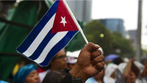 Mano masculina bandera cubana