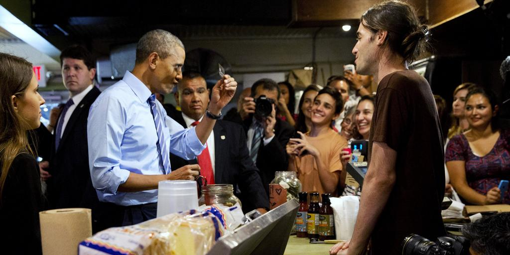 Barack Obama trata de pagar con su tarjeta