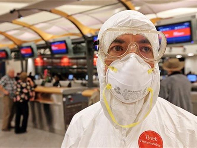 Hombre con mono de protección ébola