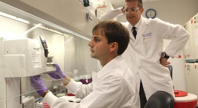 Científicos investigan ébola