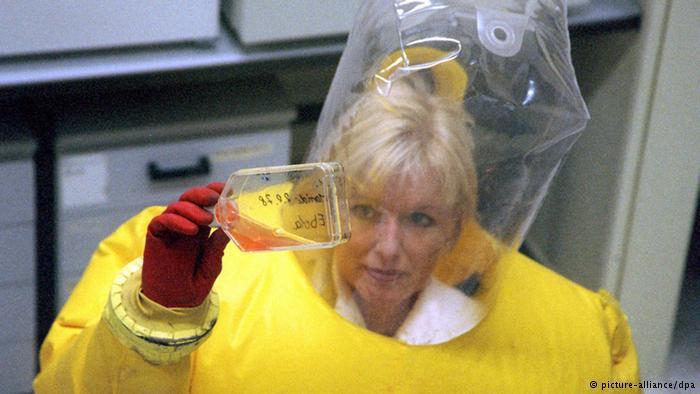 Mujer rubia dentro traje ébola