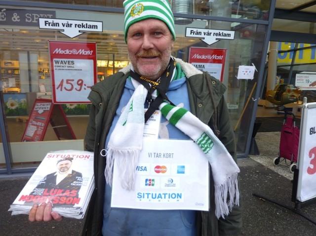 Vendedor ambulante sueco con datafono
