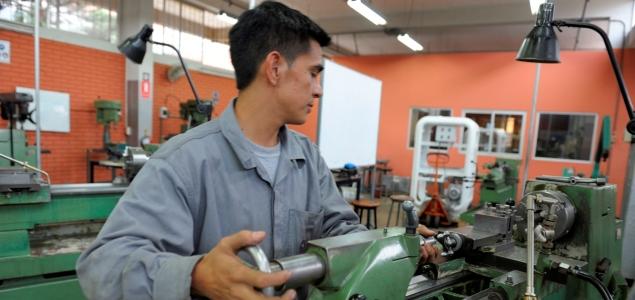 Trabajador español en la fábrica