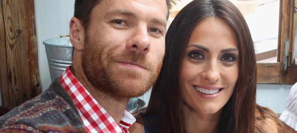 Xavi Alonso con su esposa