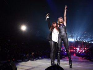 """omo parte de su esperada gira """"1989 Tour"""", la cantante Taylor Swift llenó el Stapless Center de Los Ángeles y subió al escenario junto a la famosa interpreté Alanis Morissette de 41 años"""
